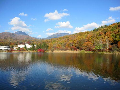 紅葉の蓼科湖と蓼科山(左)、北横岳(右)