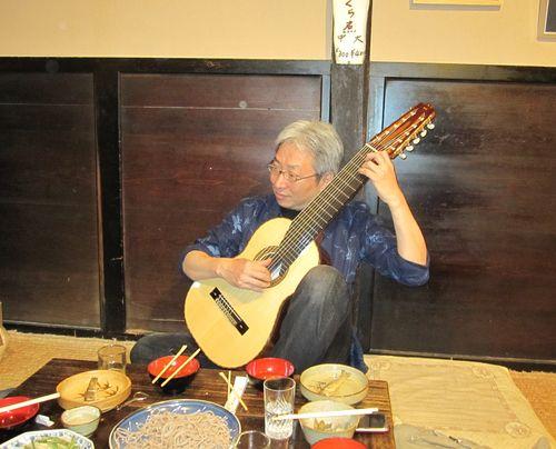 10弦ギターを試し弾きする福田氏 2010.6.5
